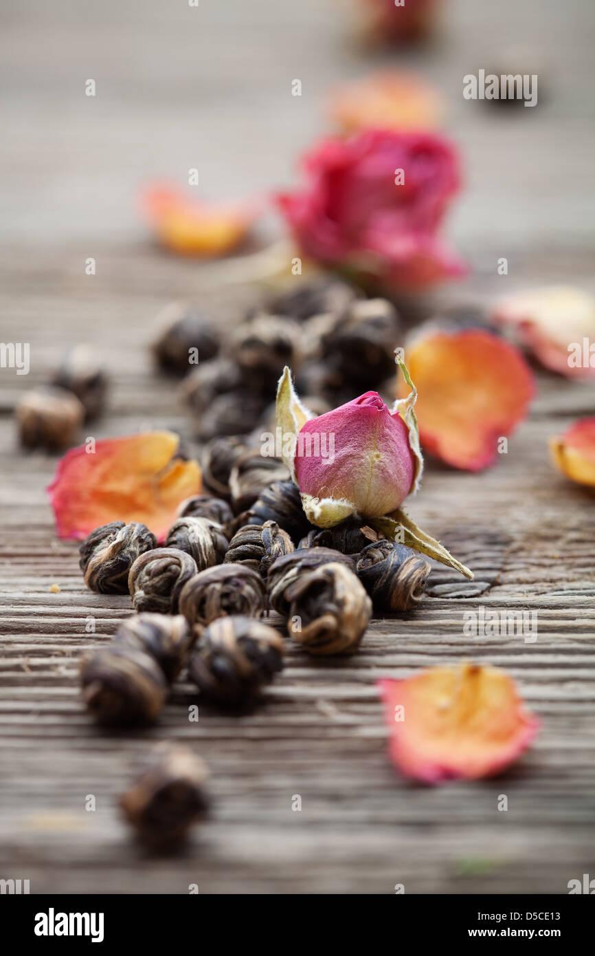 Fresco di foglie di tè verde con boccioli di rosa Immagini Stock