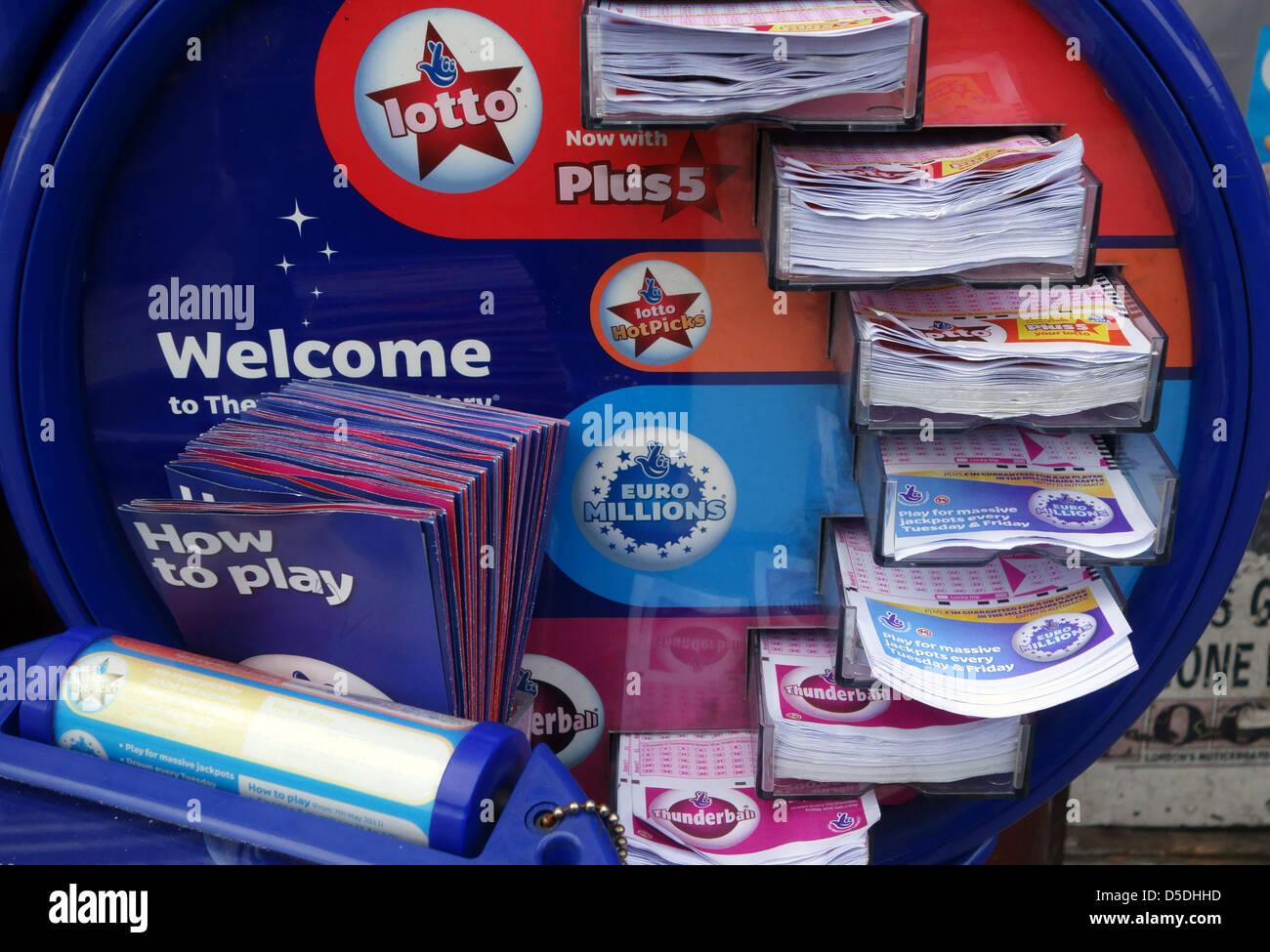 Il Lotto e Euromillions distributore di biglietti al di fuori di Londra presso le edicole Immagini Stock