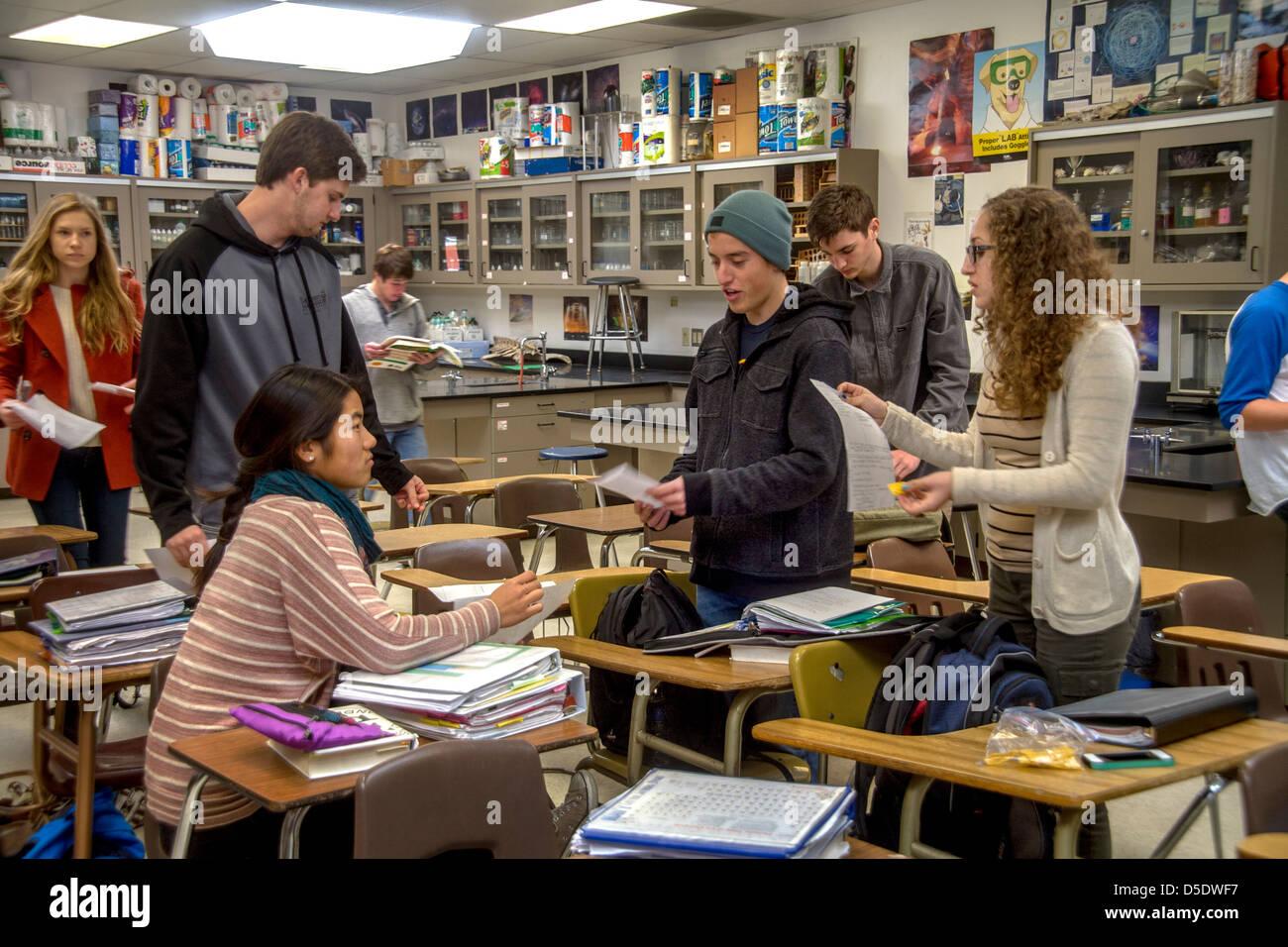 Posizionamento avanzato (AP) di alta scuola studenti di chimica parlare prima di classe e di controllare i loro Immagini Stock