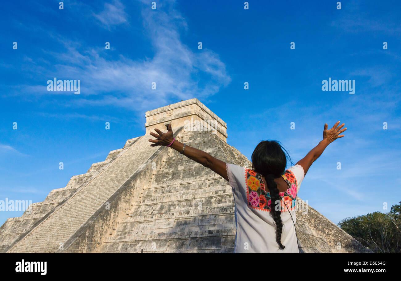 Turistico con tempio di Kukulkan (spesso chiamato El Castillo), Chichen Itza, Yucatan, Messico Immagini Stock