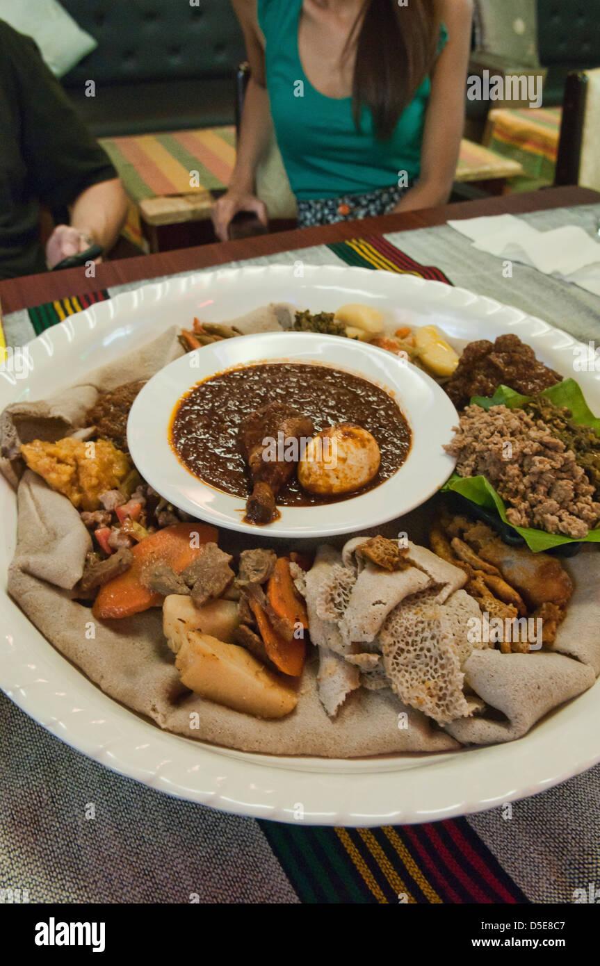 Tradizionale Cucina Etiope Doro Wat Injera E Curry Foto Stock Alamy