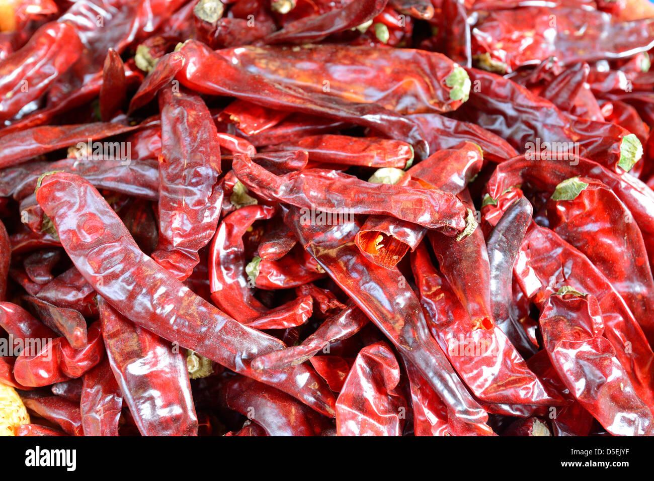 Pila di peperoni piccanti a un mercato Foto Stock