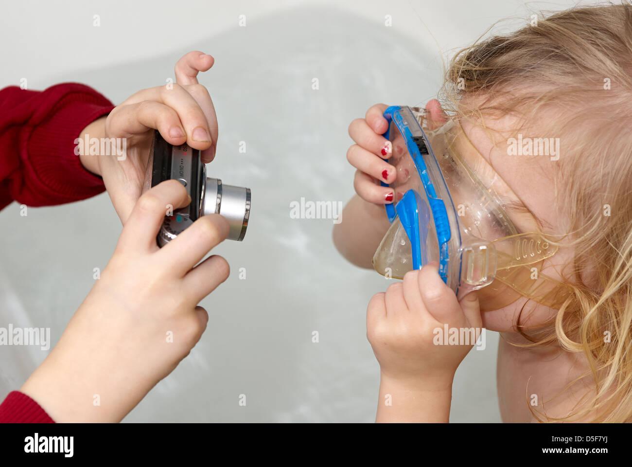 Vasca Da Bagno Bimbi : Femmina ragazza bambino bimbo nella vasca da bagno giocando con