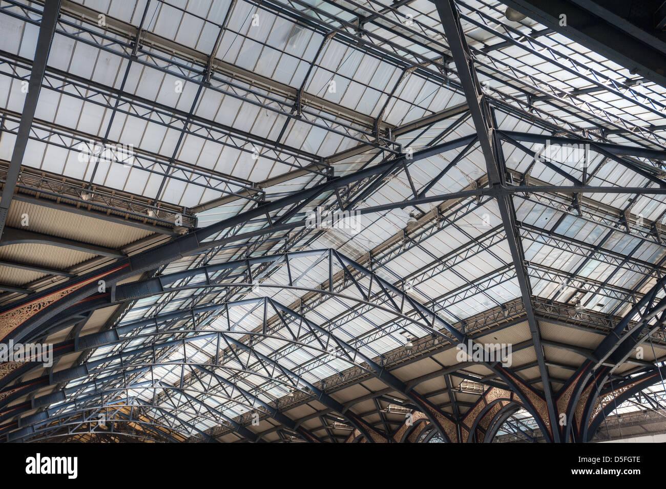 Intricato ghisa smaltata ingegneria Vittoriano e dettaglio del tetto a Liverpool street station con concourse sotto Immagini Stock