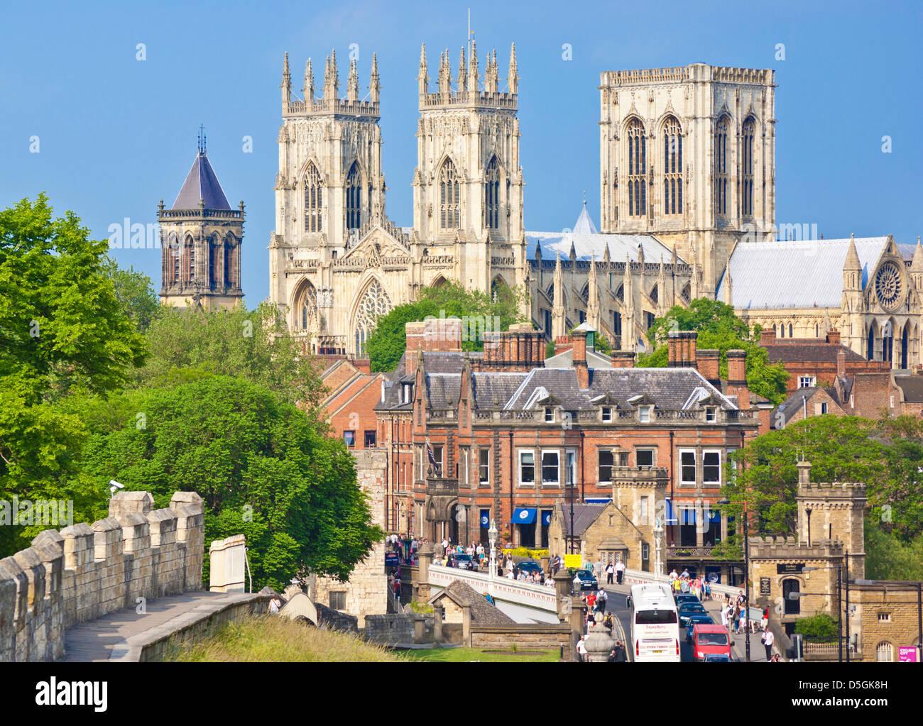 York Regno Unito, York Minster e una sezione della storica città di York pareti lungo la strada della stazione Immagini Stock