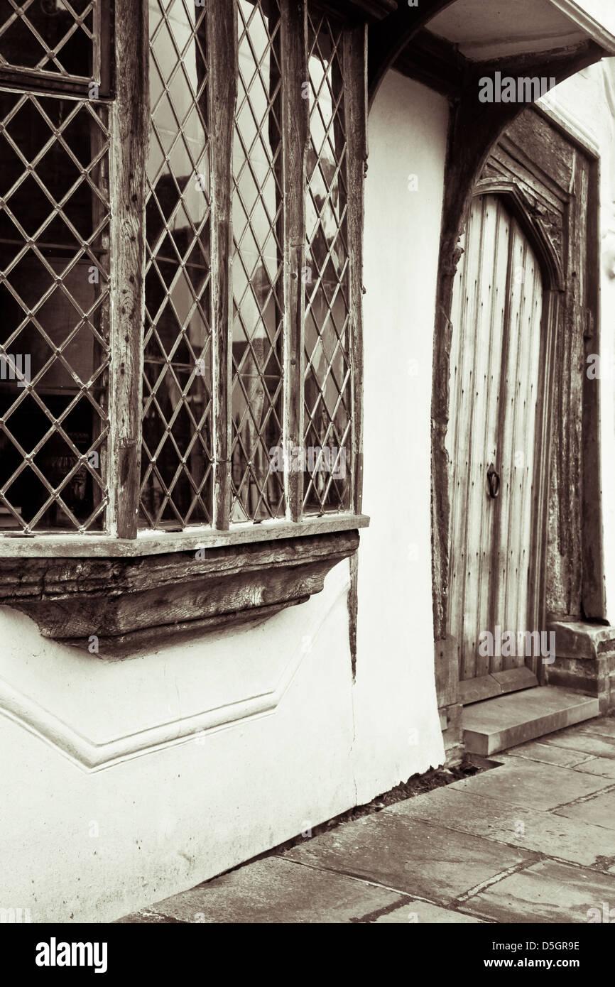 Porta e finestra di un medioevo inglese cottage Foto & Immagine ...