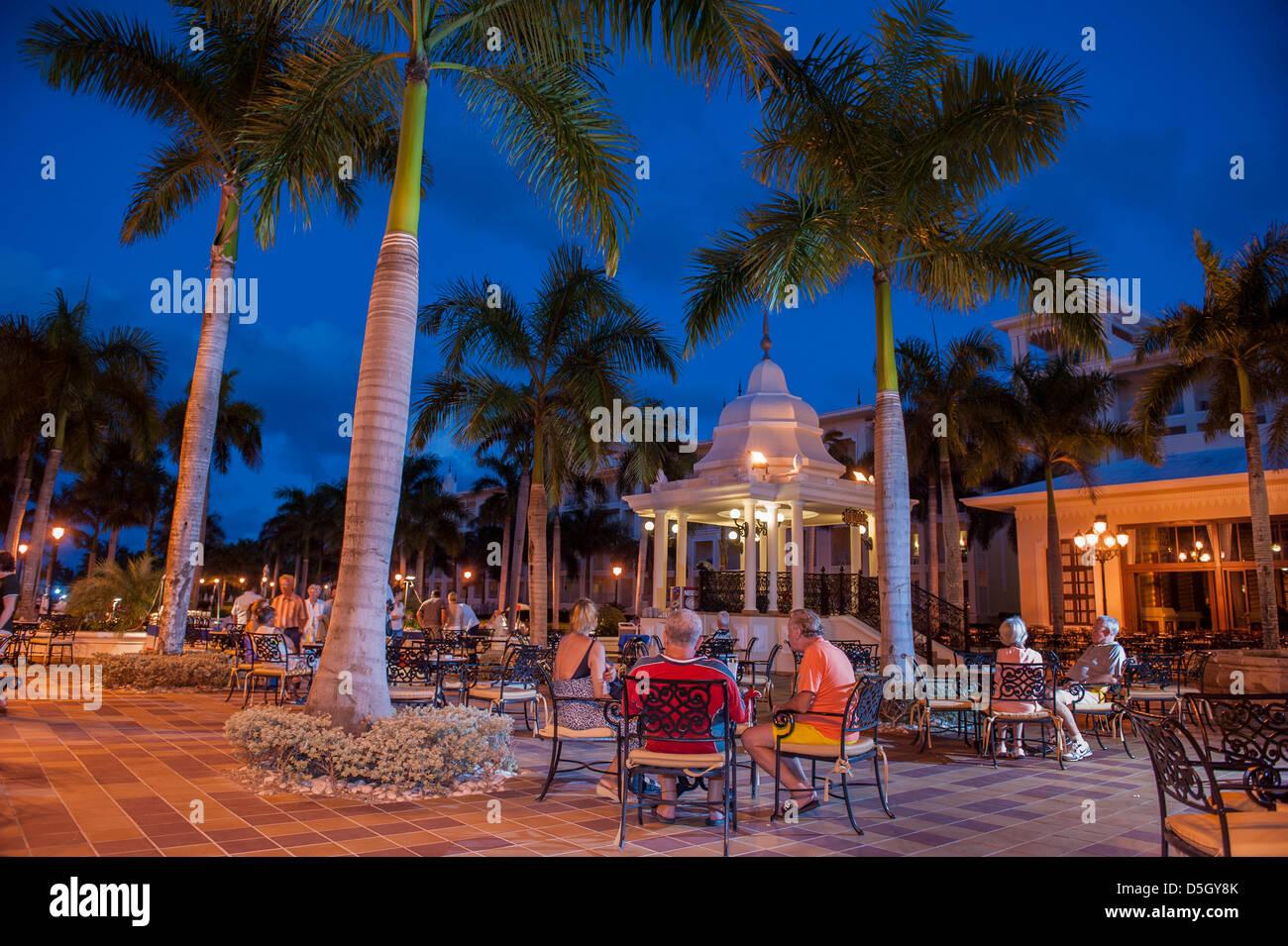 Repubblica Dominicana, Punta Cana, Higuey, Bavaro, Riu Palace, persone rilassante, piazza di sera Immagini Stock