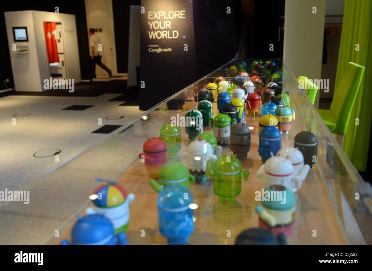 Armadio Per L Ufficio.Colorato Mini Android Giocattoli Sono Illustrati In Un Armadio Di