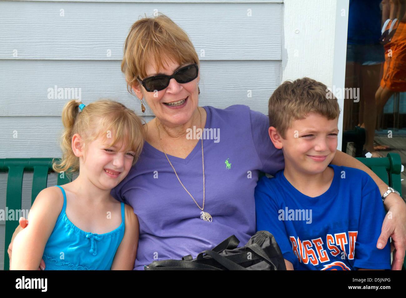 Nonna visita con il suo grand i bambini a Tampa, Florida, Stati Uniti d'America. Immagini Stock