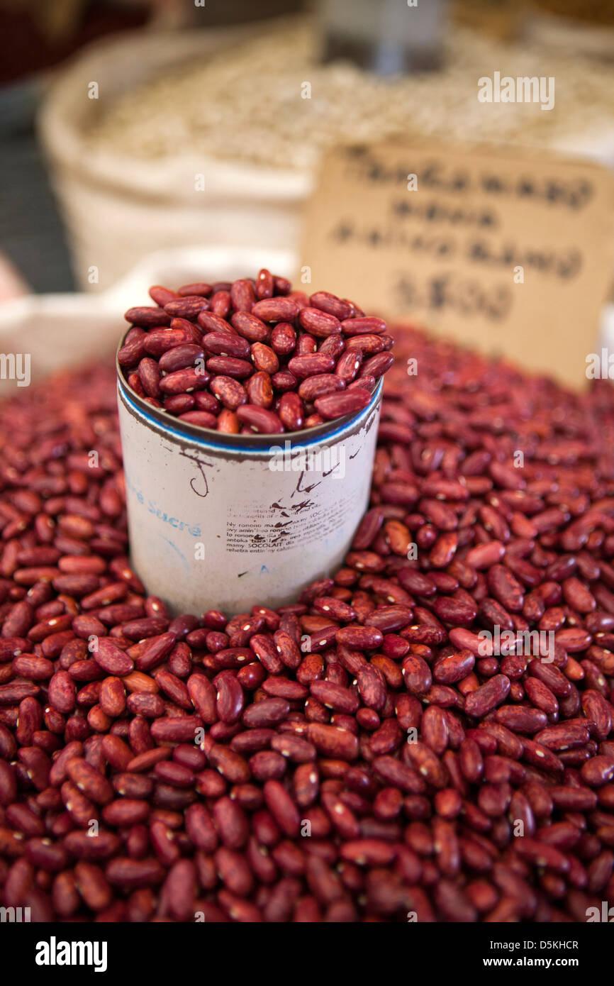 Madagascar Nosy Be, Hell-Ville, Mercato Centrale, fagioli rossi sulla vendita Immagini Stock