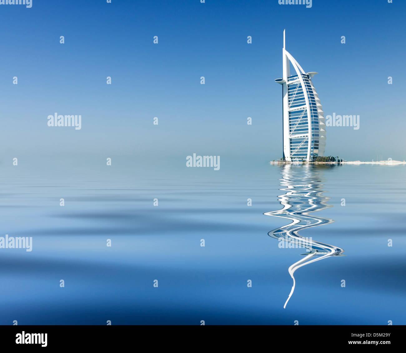 La riflessione di lusso Burj al Arab Hotel sul fronte spiaggia in Dubai Emirati Arabi Uniti EMIRATI ARABI UNITI Immagini Stock