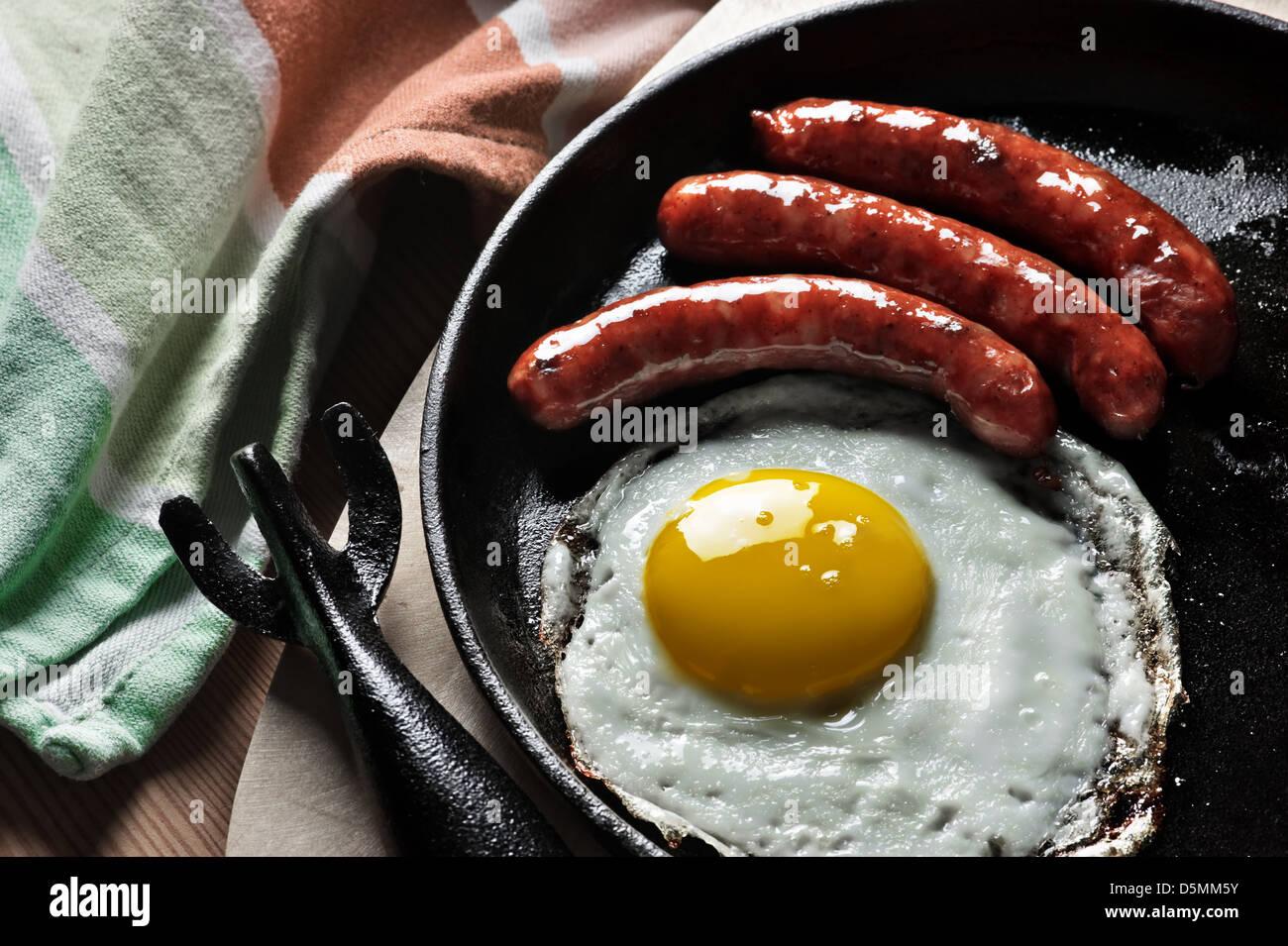 La prima colazione con uova e salsiccia Immagini Stock