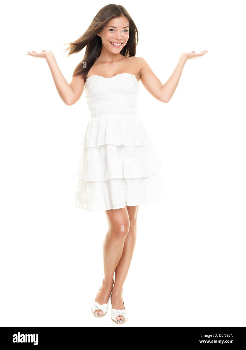 5e0f1164c490 Ritratto di bella felice razza mista giovane donna in bianco abiti estivi  che mostra a mani