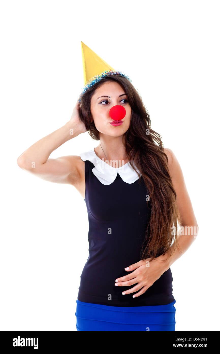 Giovane bella donna con cappello di partito e il naso rosso come clown.  Ragazza allegra af973c75b84