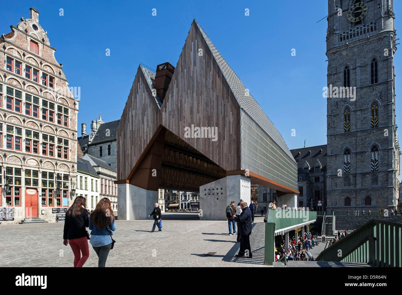 6910a35d2e Il moderno Gentse Stadshal / Gand il mercato coperto e la torre campanaria  nel centro storico di Ghent, Belgio