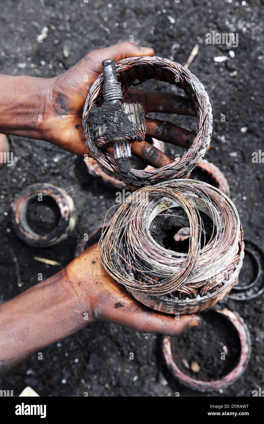 Dal fuoco esposti gli avvolgimenti di rame da un elettronica. Agbogbloshie bruciando sito per i rifiuti elettronici Immagini Stock