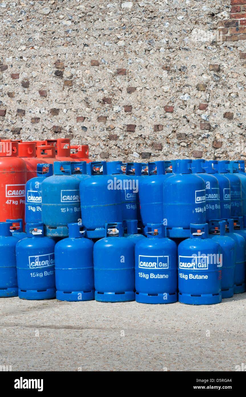 Impilati calor gas butano bottiglie / cilindri / taniche Immagini Stock