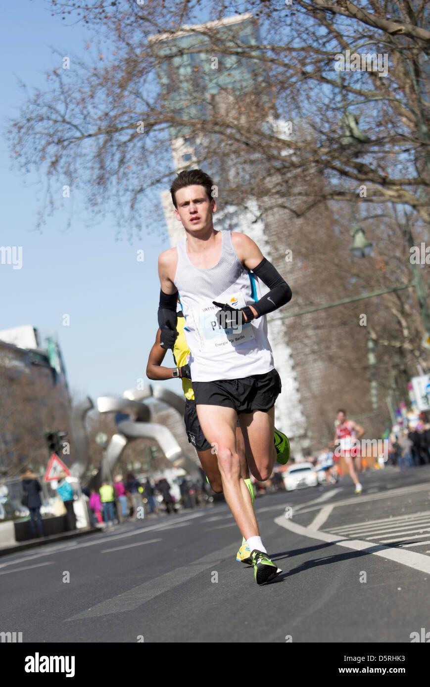Berlino, Germania. 7 Aprile, 2013. I partecipanti della trentatreesima mezza maratona al km 14, 2013 a Berlino, Immagini Stock