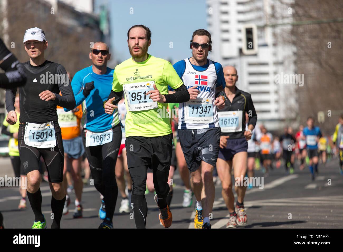 Berlino, Germania. 7 Aprile, 2013. I partecipanti della trentatreesima mezza maratona 2013 a Berlino, Germania. Immagini Stock