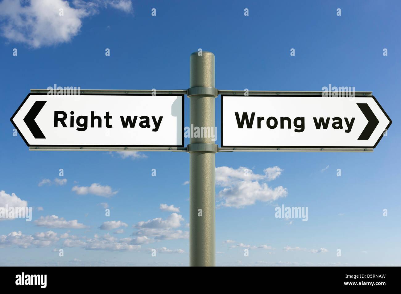 Modo giusto, in modo errato le scelte e le direzioni future concept segno Immagini Stock