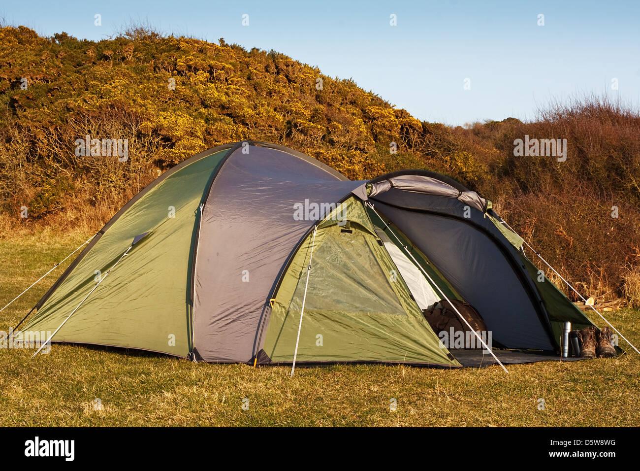Tenda a cupola si accamparono nel campo per il campeggio selvaggio in grandi spazi aperti con sportello anteriore Immagini Stock