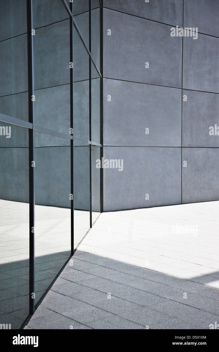 Il vetro e le pareti in calcestruzzo di edificio moderno Immagini Stock