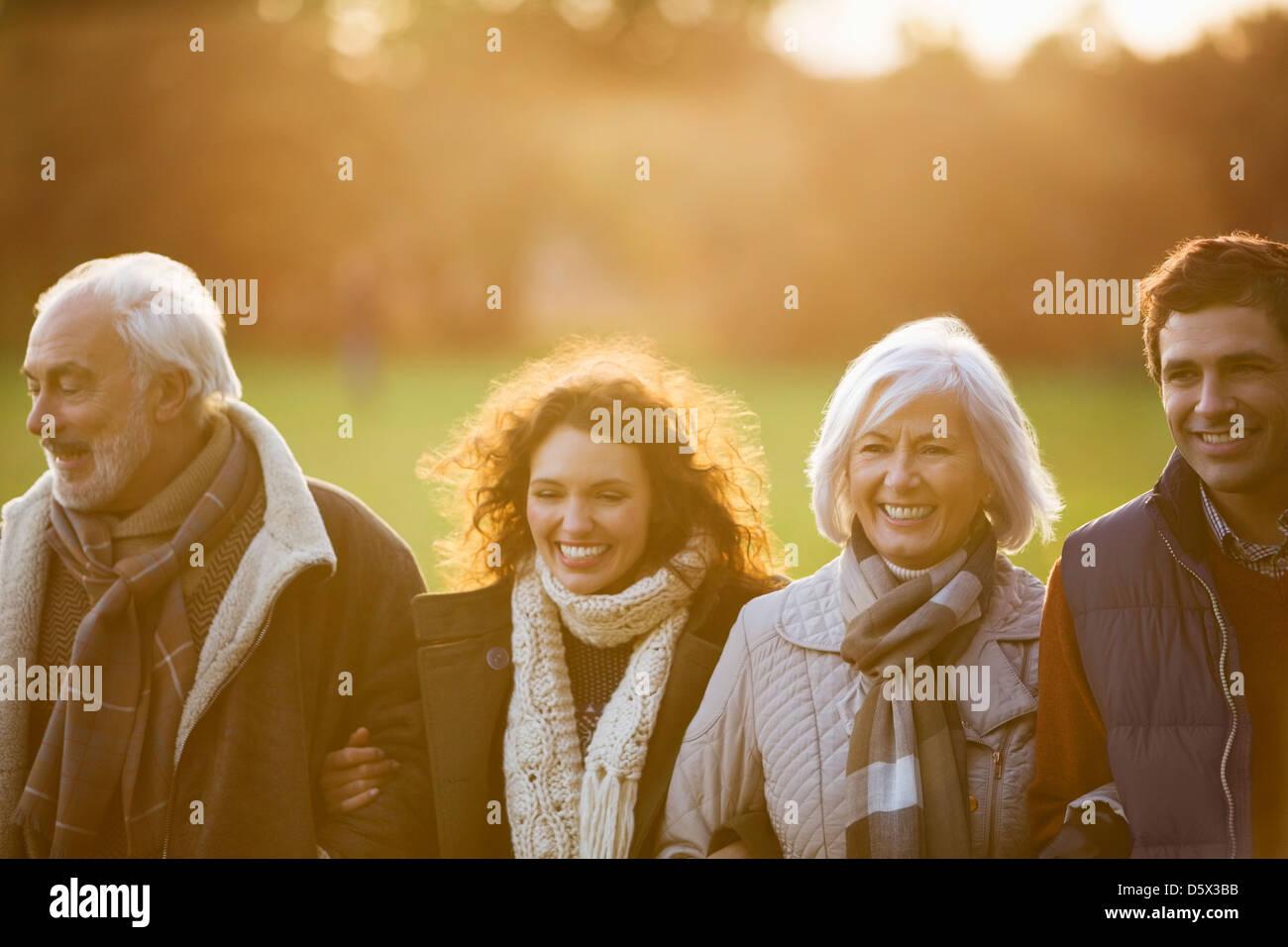 Famiglia camminare insieme in posizione di parcheggio Immagini Stock