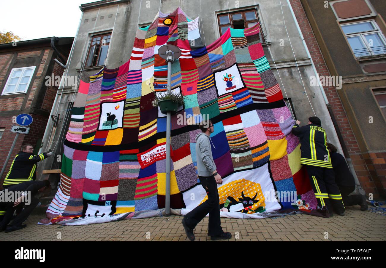 Gli artisti e gli aiutanti messo in su una maglia di copertura