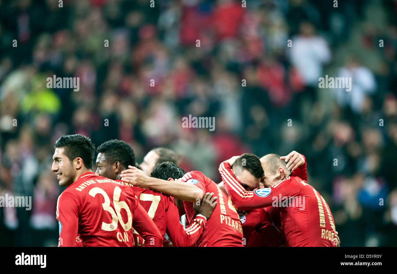 Monaco di Baviera Emre può (L-R),David Alaba, marcatore Claudio Pizarro, Diego contento e Arjen Robben celebrare Immagini Stock
