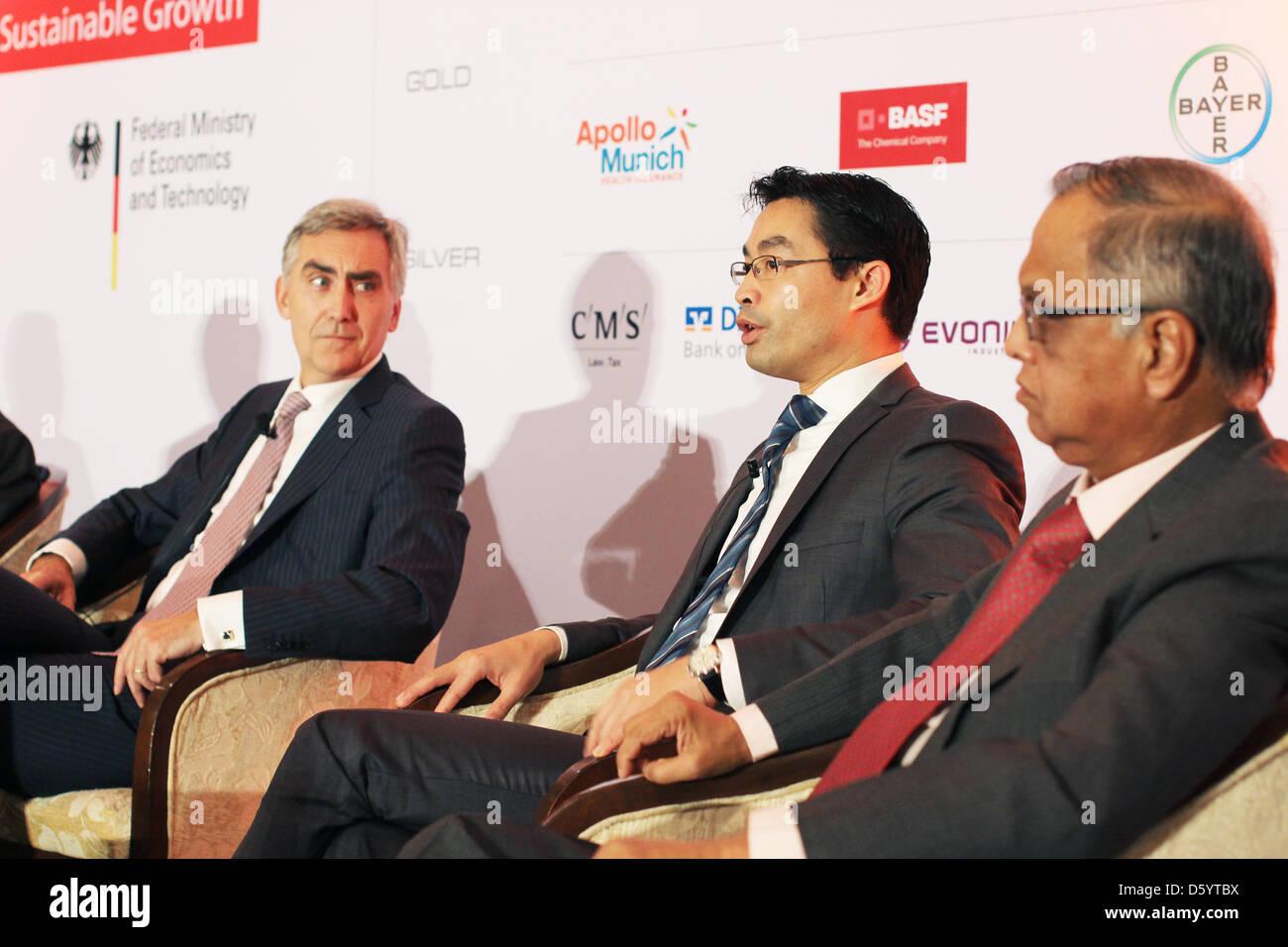 CEO di Siemens AG Peter Loescher (L-R), il ministro tedesco delle finanze Philipp Roesler (FDP) e fondatore di Infosys, Immagini Stock