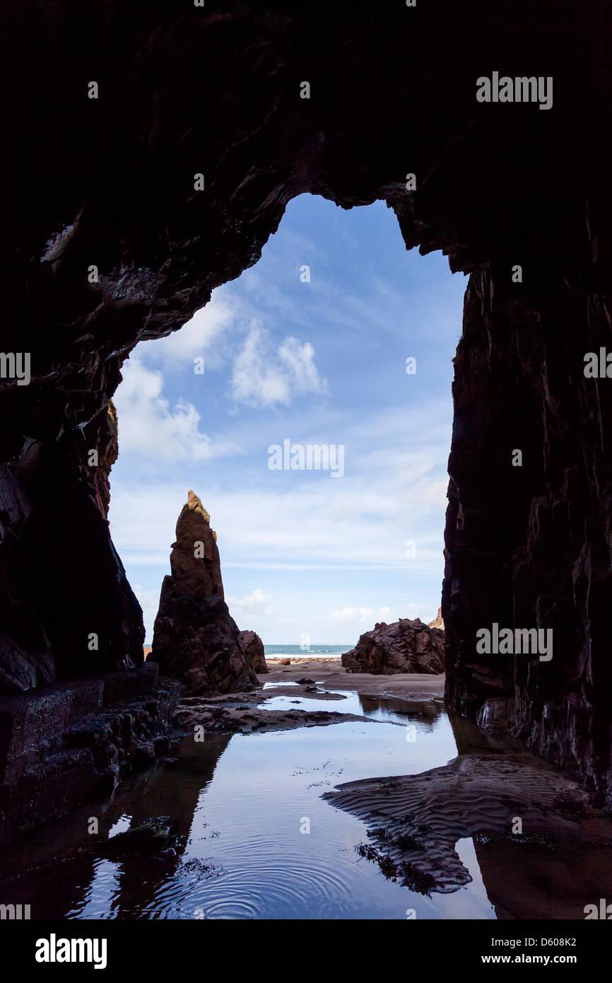 Ago roccia dalla grotta Plemont, Jersey, Isole del Canale, REGNO UNITO Immagini Stock