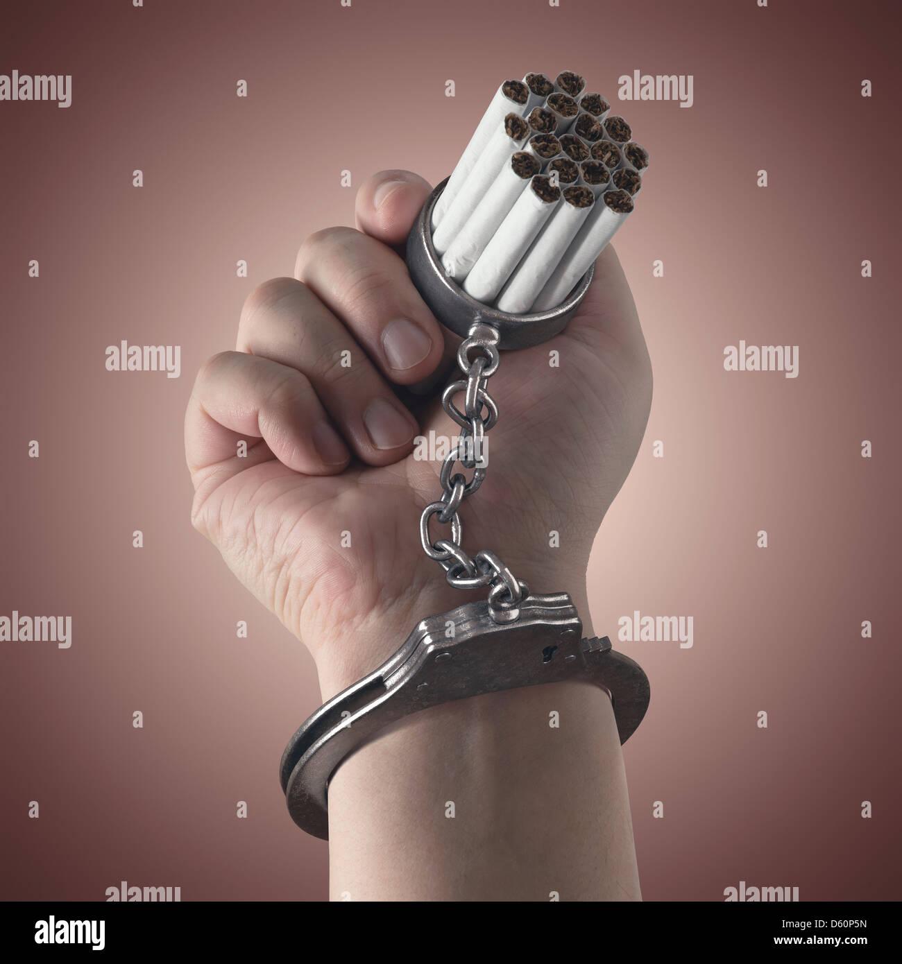 Sigarette bloccato sul lato da un manette, il concetto di dipendenza. Immagini Stock