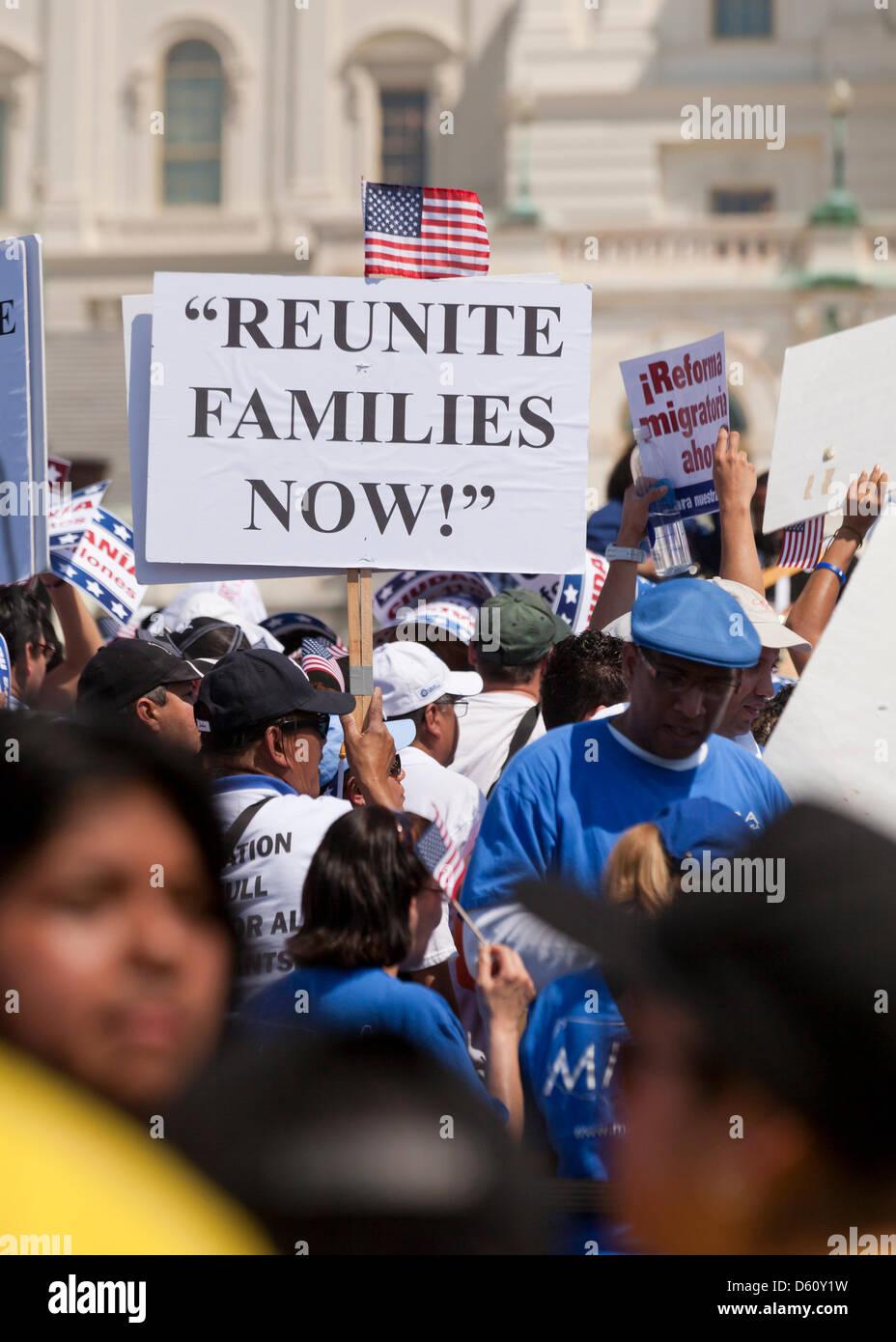 Grande folla sventolando messicana e bandierine americane a una politica di immigrazione rally - Washington DC, Immagini Stock