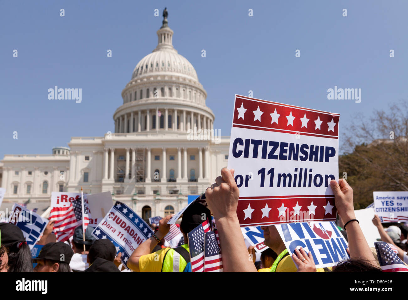 Grande folla sventolando messicana e bandierine americane a una politica di immigrazione nel rally di Washington Immagini Stock