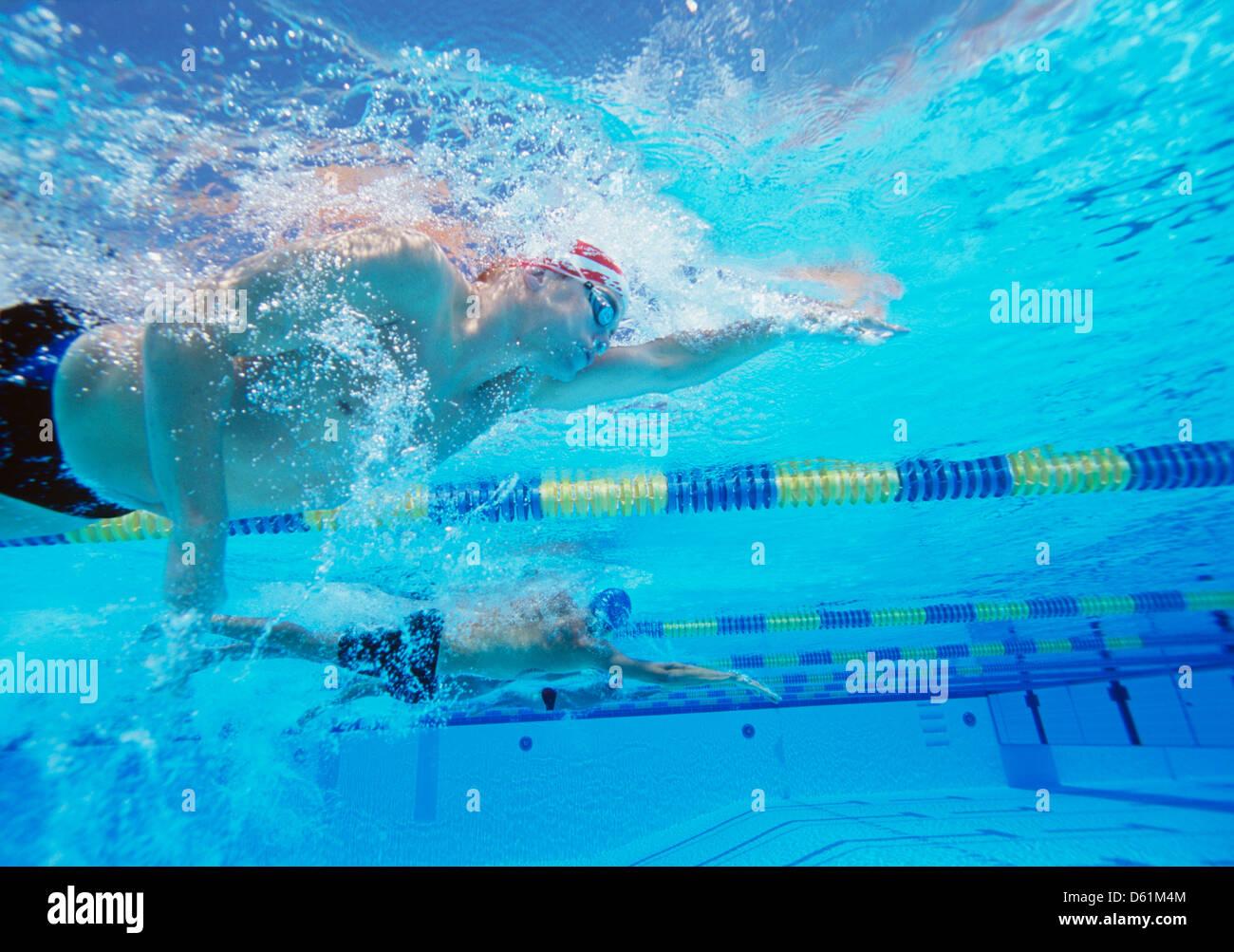 Riprese subacquee di tre thletes maschio nel nuoto la concorrenza Immagini Stock