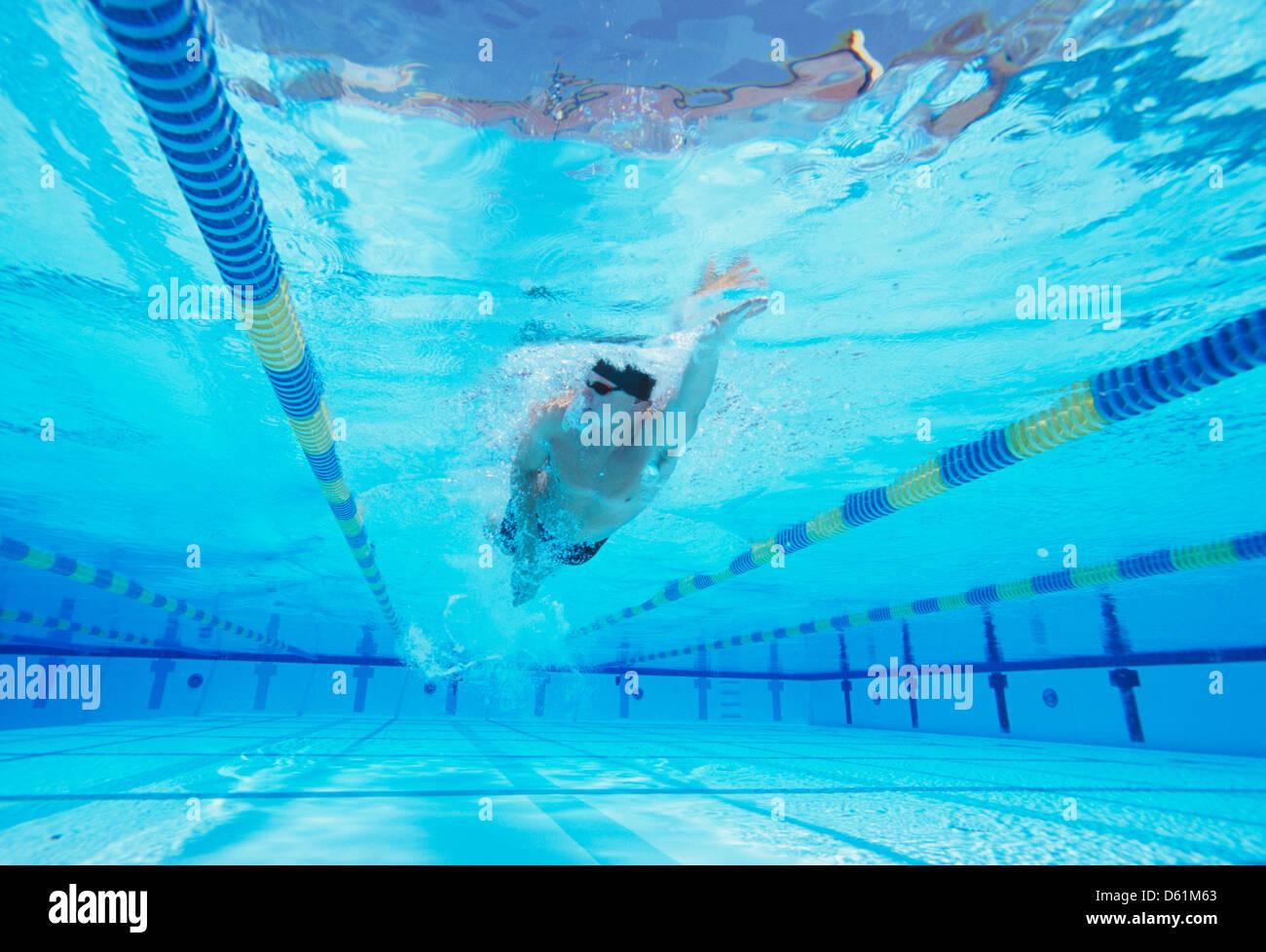 Riprese subacquee di giovane maschio thlete nuoto in piscina Immagini Stock