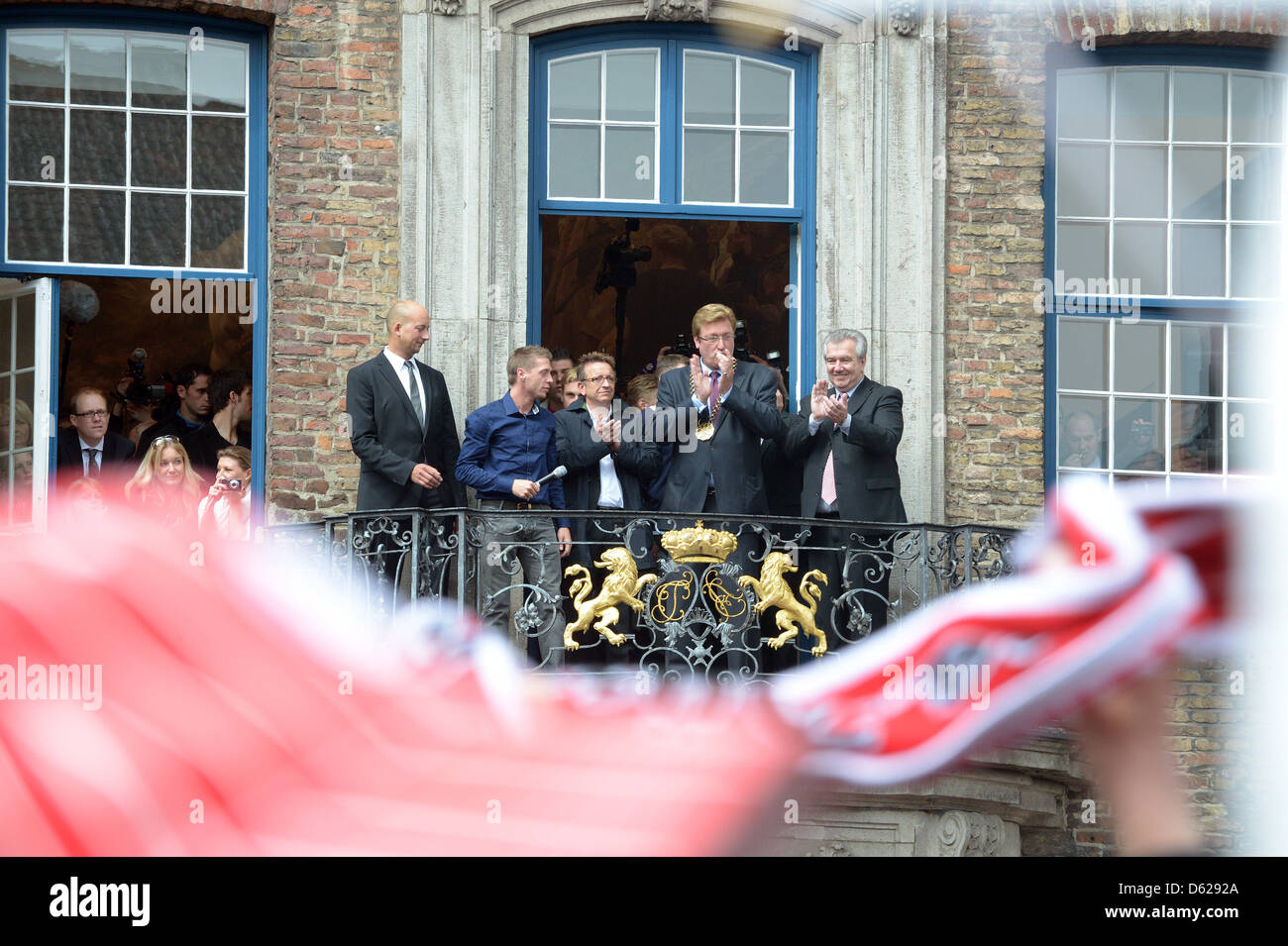Duesseldorf's head coach Norbert Meier (C) sorge sul balcone del municipio e celebra la promozione di Fortuna Immagini Stock