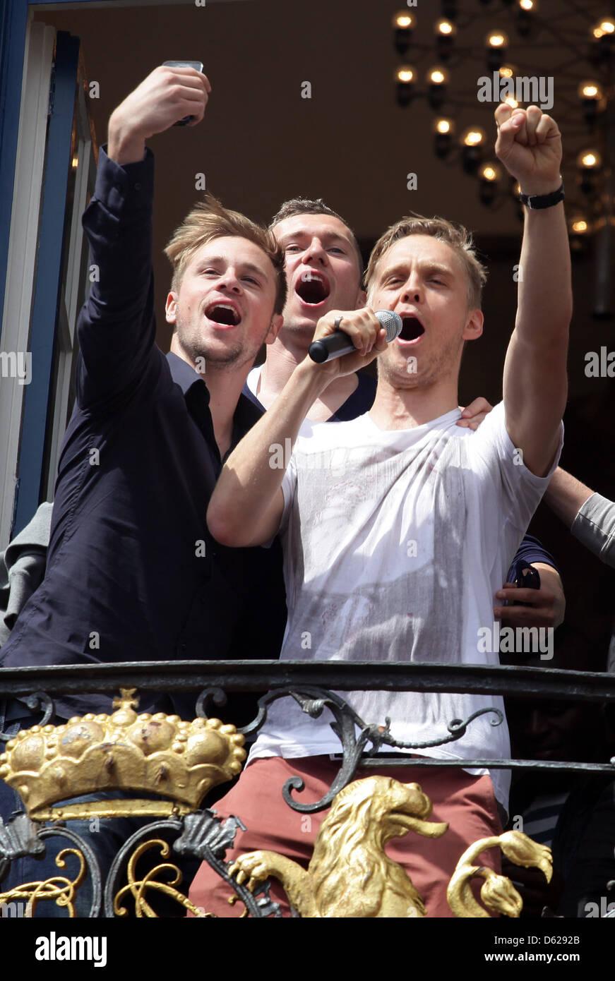 Duesseldorf's Maximilian Beister (L), Thomas Broeker (C) und Ken Ilsoe (R) stand sul balcone del municipio e Immagini Stock