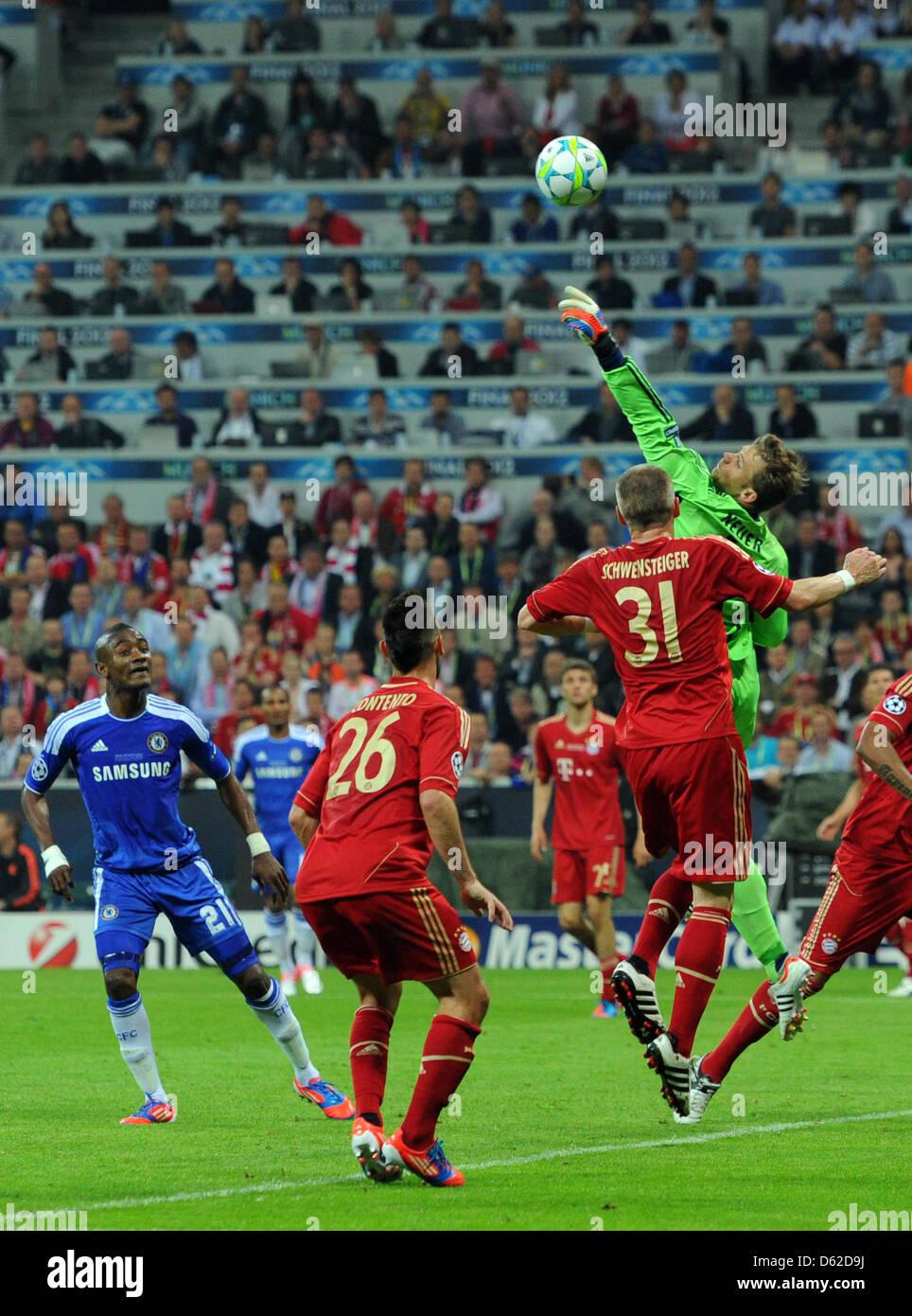 Monaco di Baviera è il portiere Manuel Neuer (R) in azione naext a Diego Contento (2-L) Bastian SCHWEINSTEIGER Immagini Stock