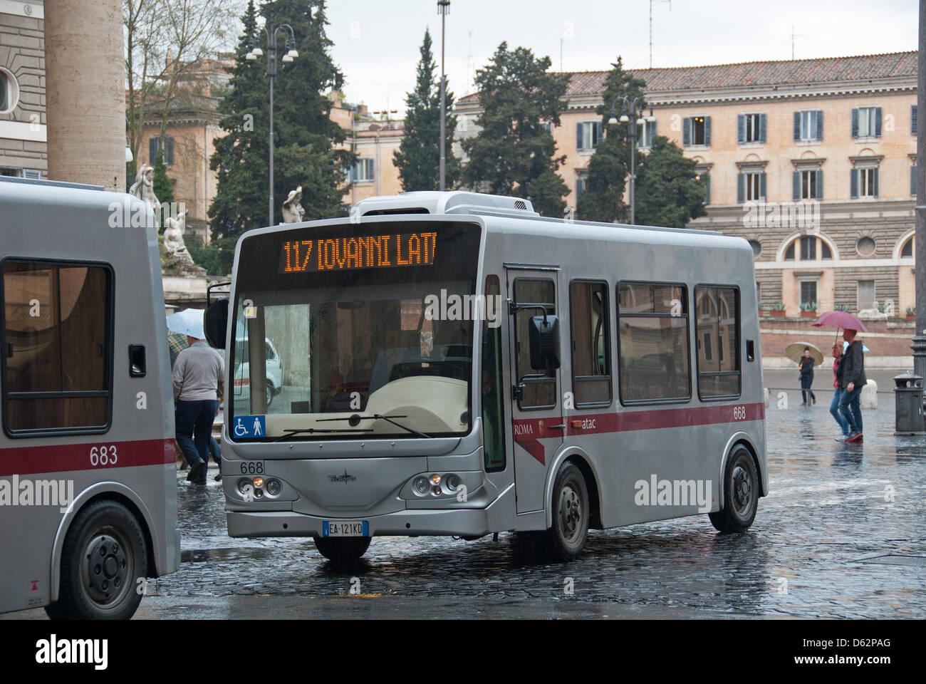 Roma, Italia. L'autobus elettrico su Piazza del Popolo nel Tridente distretto della città. 2013. Immagini Stock