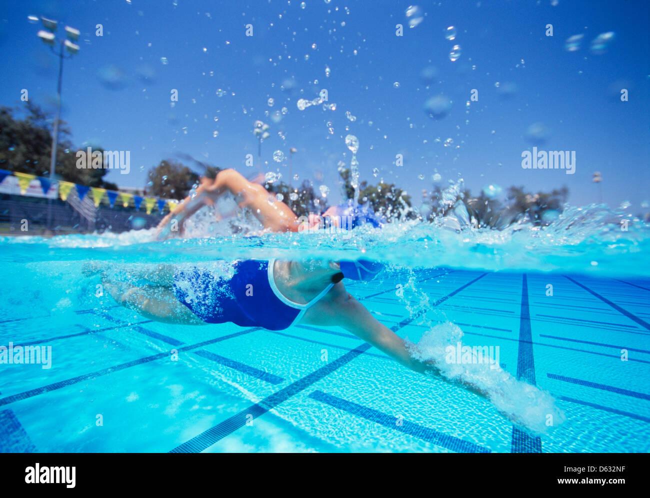 Nuotatore femminile negli Stati Uniti il costume da bagno a nuotare in piscina Immagini Stock