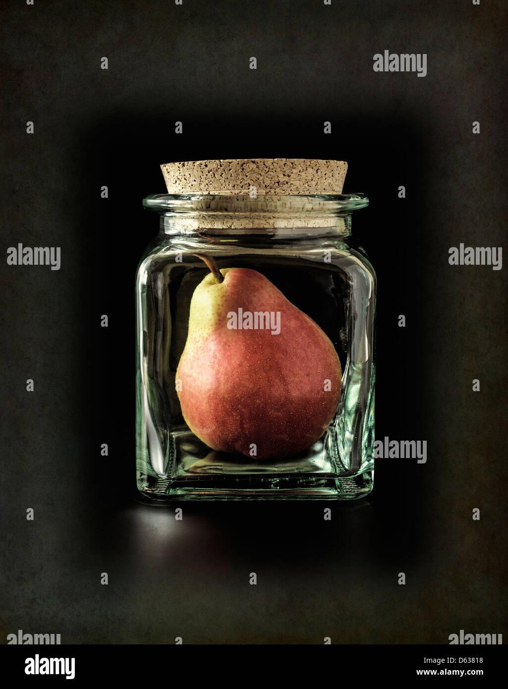 Pera in bottiglia di vetro Immagini Stock