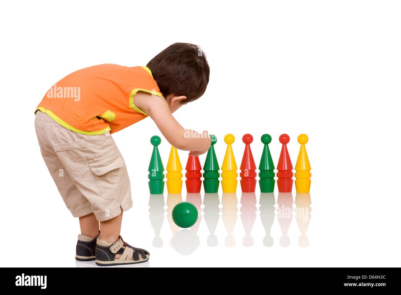 Il ragazzino è giocato i bambini di bowling Immagini Stock