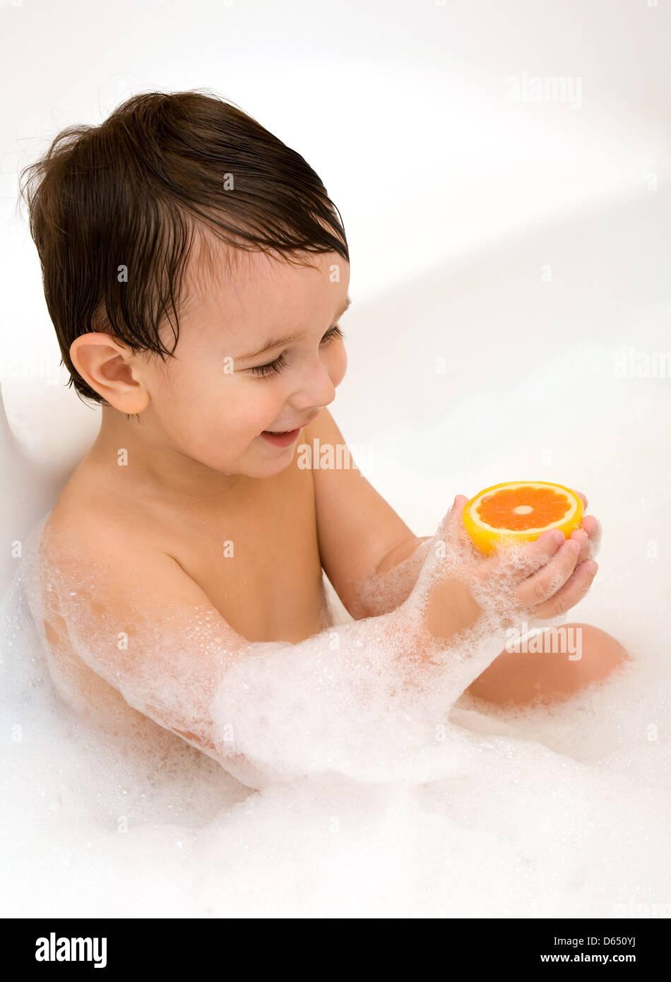 Kid è giocato nella vasca da bagno Immagini Stock