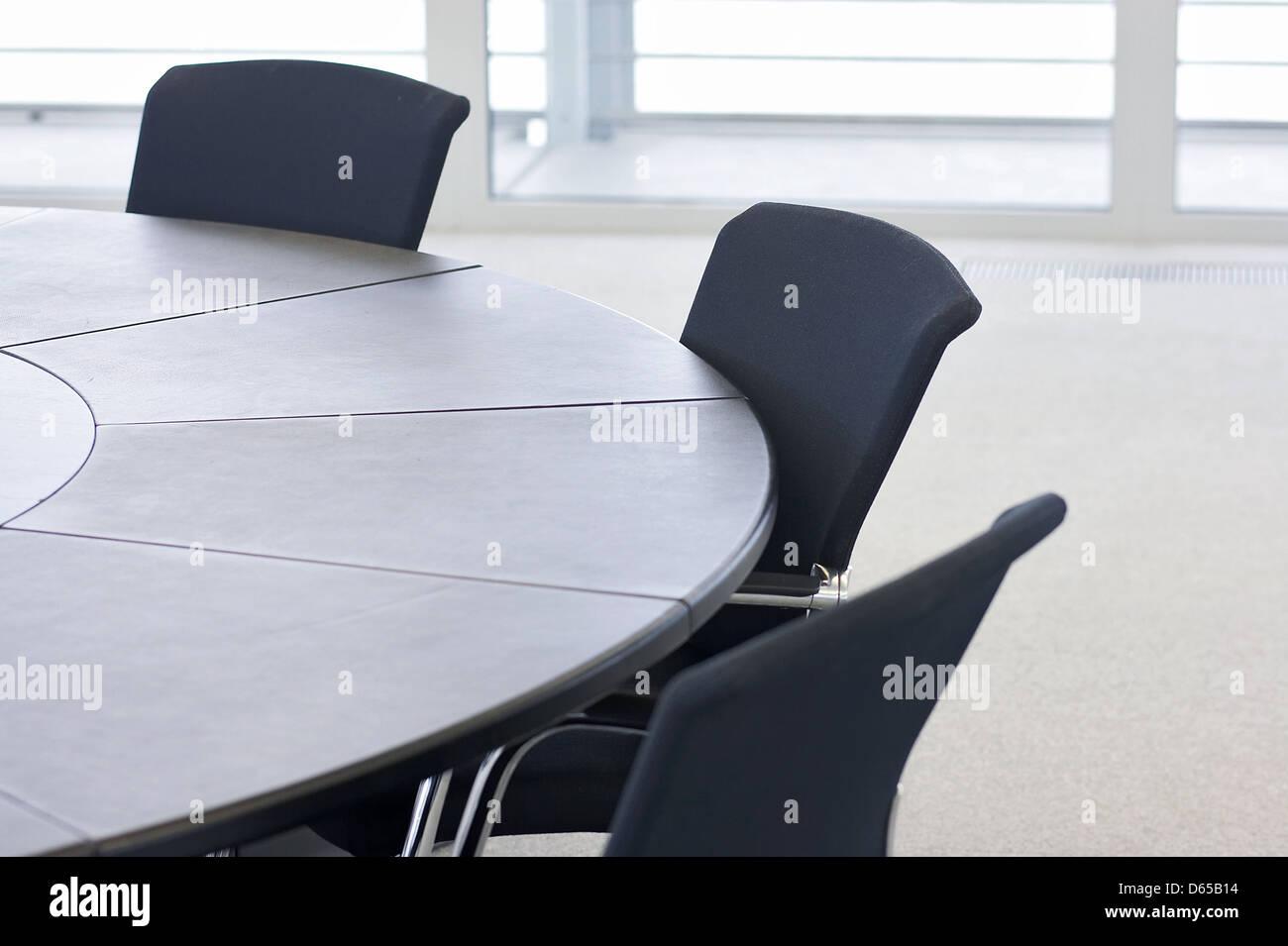 Sedie a sdraio tavolo cerchio sala riunioni foto immagine stock