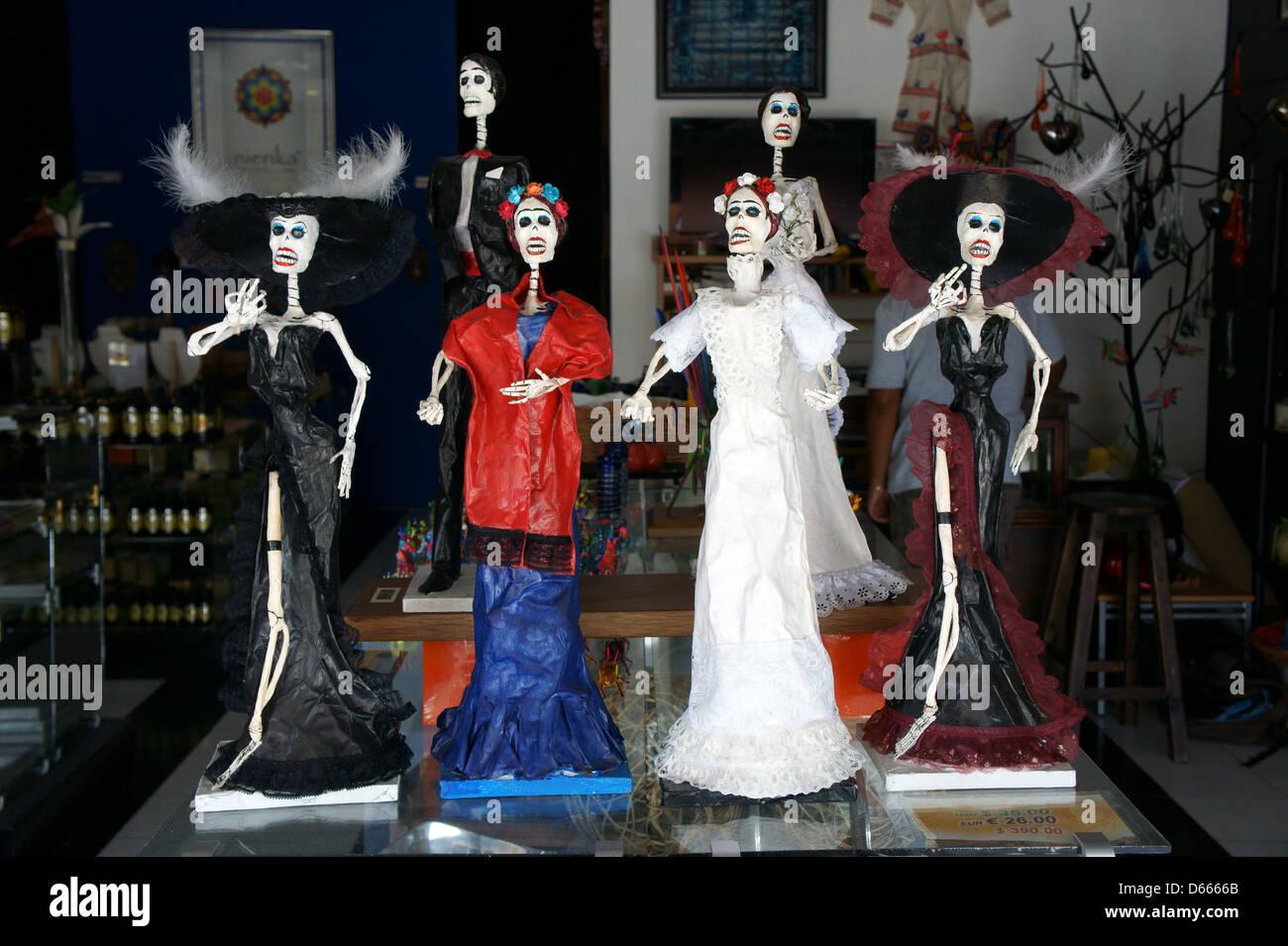Catrina messicano figure in Mercado 28 negozio di souvenir e artigianato mercato in Cancun, Messico Foto Stock
