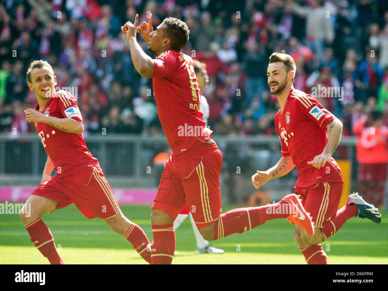 Monaco di Baviera Jerome Boateng (L) celebra il suo obiettivo 1-0 accanto ai suoi compagni di squadra Rafinha (L) Immagini Stock