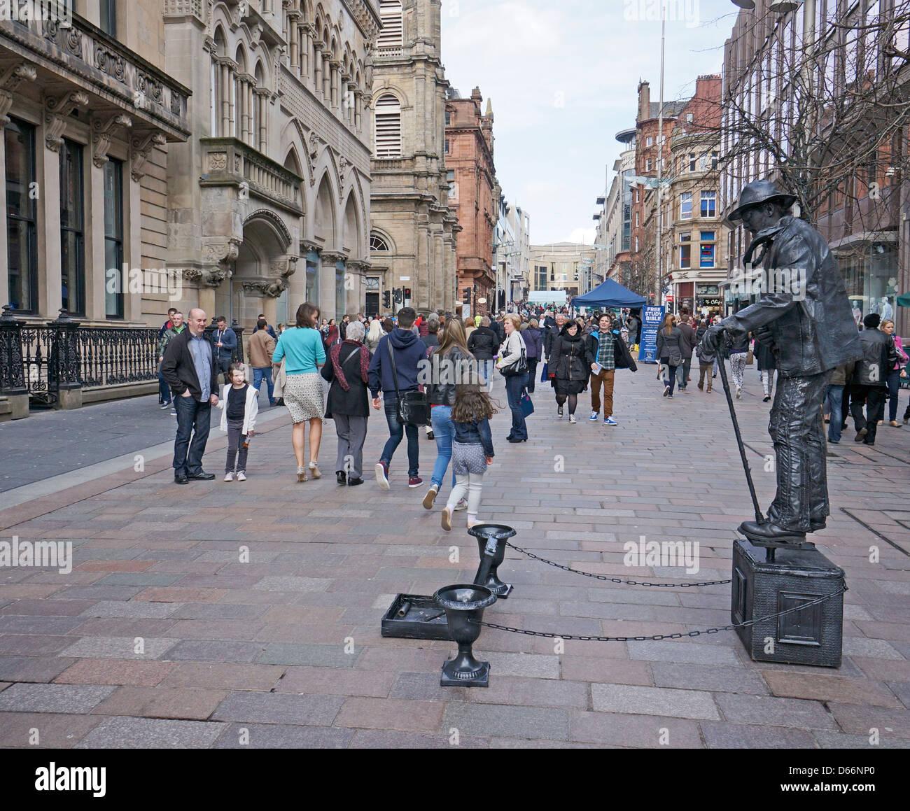 L uomo che agisce come una statua a Buchanan Street Glasgow Scozia su un  pomeriggio a51b34cfb72