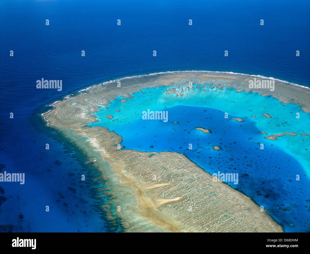 Australia, Queensland, della Grande Barriera Corallina, vista aerea di Boult Reef, a Coral Cay del gruppo Bunker Immagini Stock