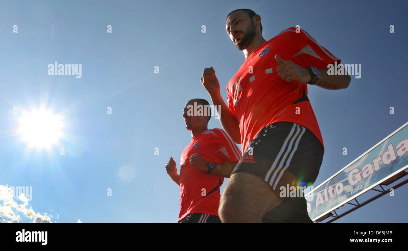 Arjen Robben (L) e contento della Bundesliga tedesca club FC Bayern Monaco pratica durante una sessione di formazione Immagini Stock